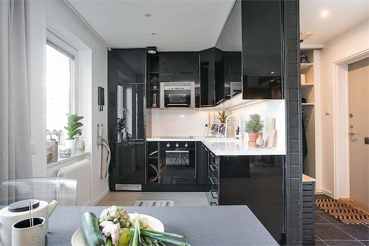 Cocina pequeña y moderna en blanco y negro.