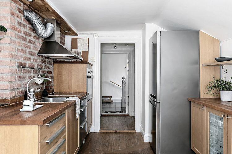 La cocina se ubica junto a la entrada. Es de estilo escandinavo con toques en estilo industrial.