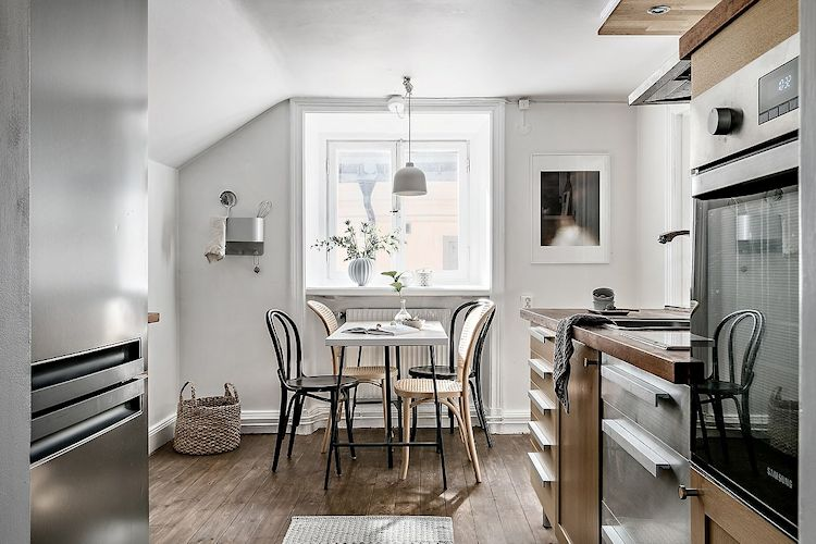 Comedor junto a la cocina, ambos en el mismo ambiente.