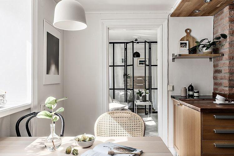 La puerta que separaba la sala del comedor se quitó para facilitar la circulación entre ambos sectores.