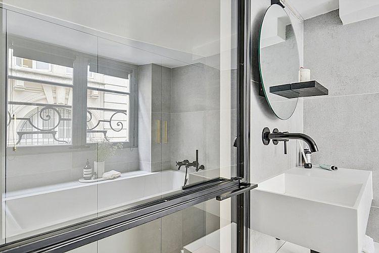 Baño renovado en estilo moderno y minimalista.