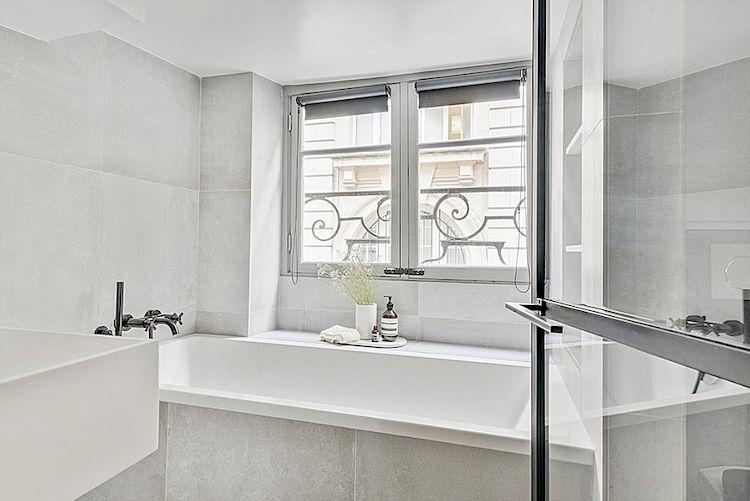 Baño moderno y minimalista con cerámicos grises.