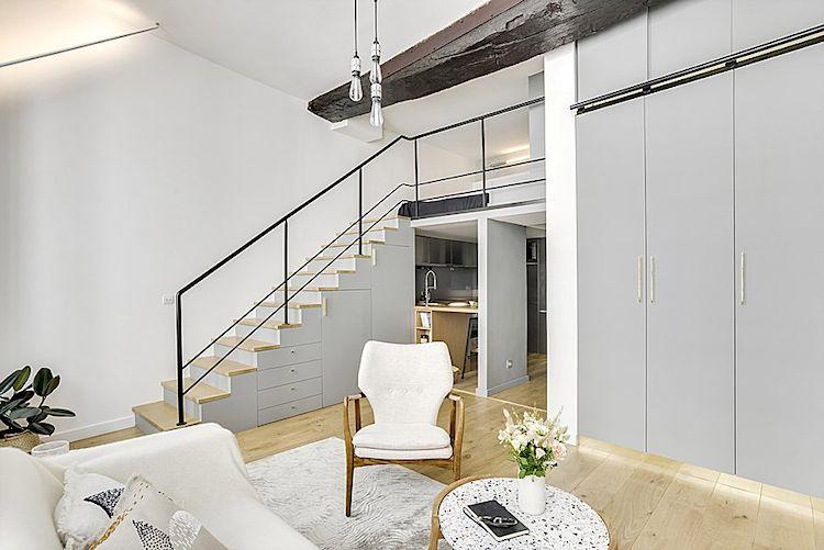 El espacio para la cama se construyó sobre la cocina, aprovechando la gran altura de los techos del departamento.