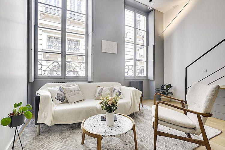 Sala minimalista con muebles escandinavos.