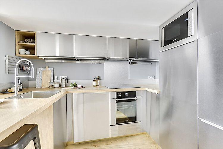 Cocina moderna con muebles con acabado en acero inoxidable.