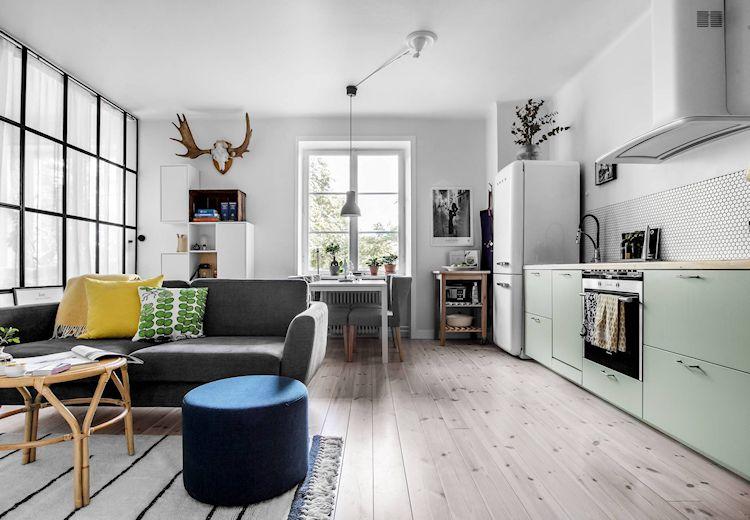 Espacio de estilo escandinavo donde funcionan la sala, comedor y cocina, todo integrado.