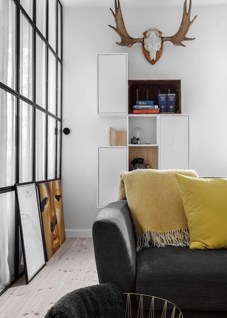 Espacio de la sala de estilo escaninavo. La distribución de muebles crea diferentes sectores funcionales bien definidos.