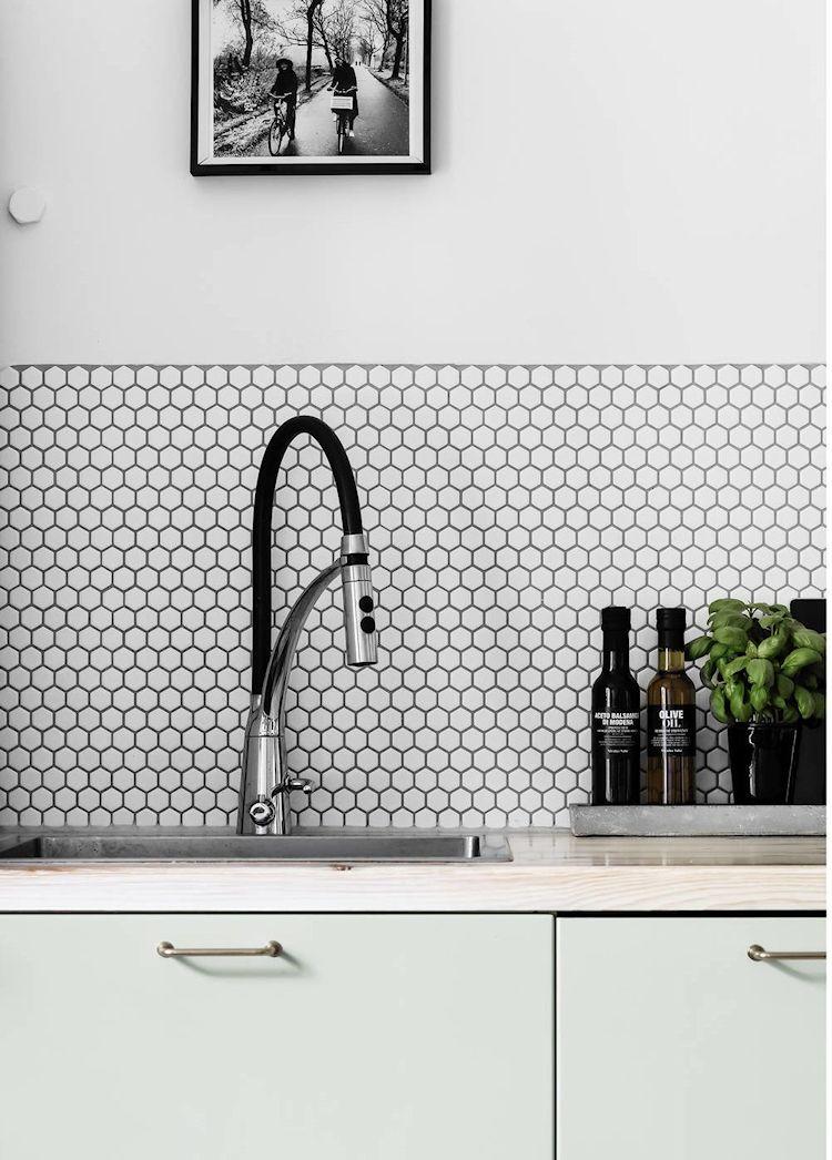 Al estar integrada a la sala, cualquier mejora en la cocina se transfiere al resto del espacio, modernizándolo y aportando una estética más actual.