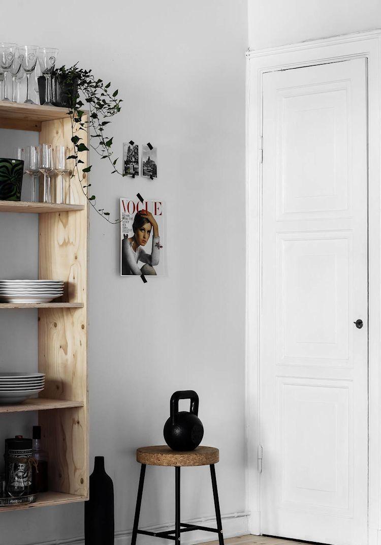 Repisas de madera en lugar de alacenas para tener todo a mano y decorar a la vez.