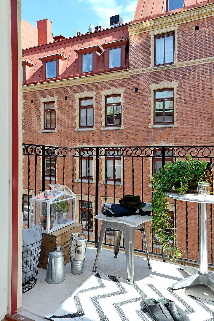 Balcón personalizado con accesorios, plantas y muebles de exterior