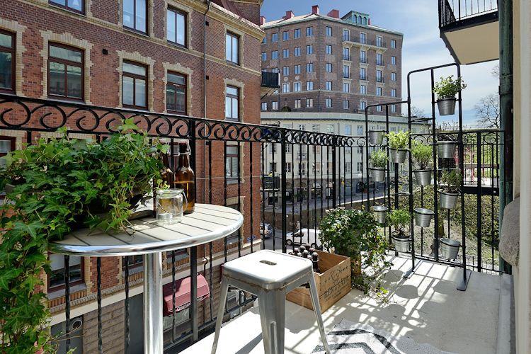 Huerta vertical de plantas aromáticas en el balcón