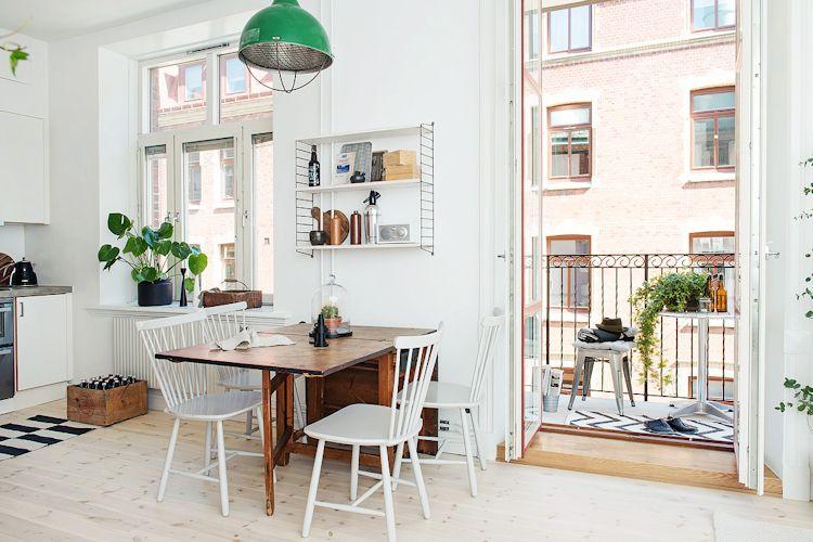 Mesa extensible y sillas de madera configuran un pequeño y cómodo comedor