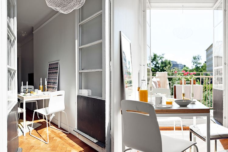 Comedor muy sencillo, con mesa pequeña extensible y sillas de diseño actual