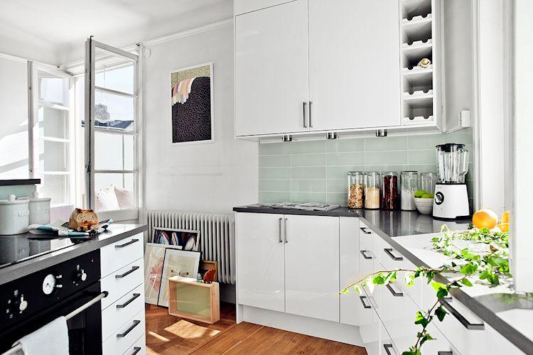 Cocina contemporánea con muebles que aprovechan los ángulos