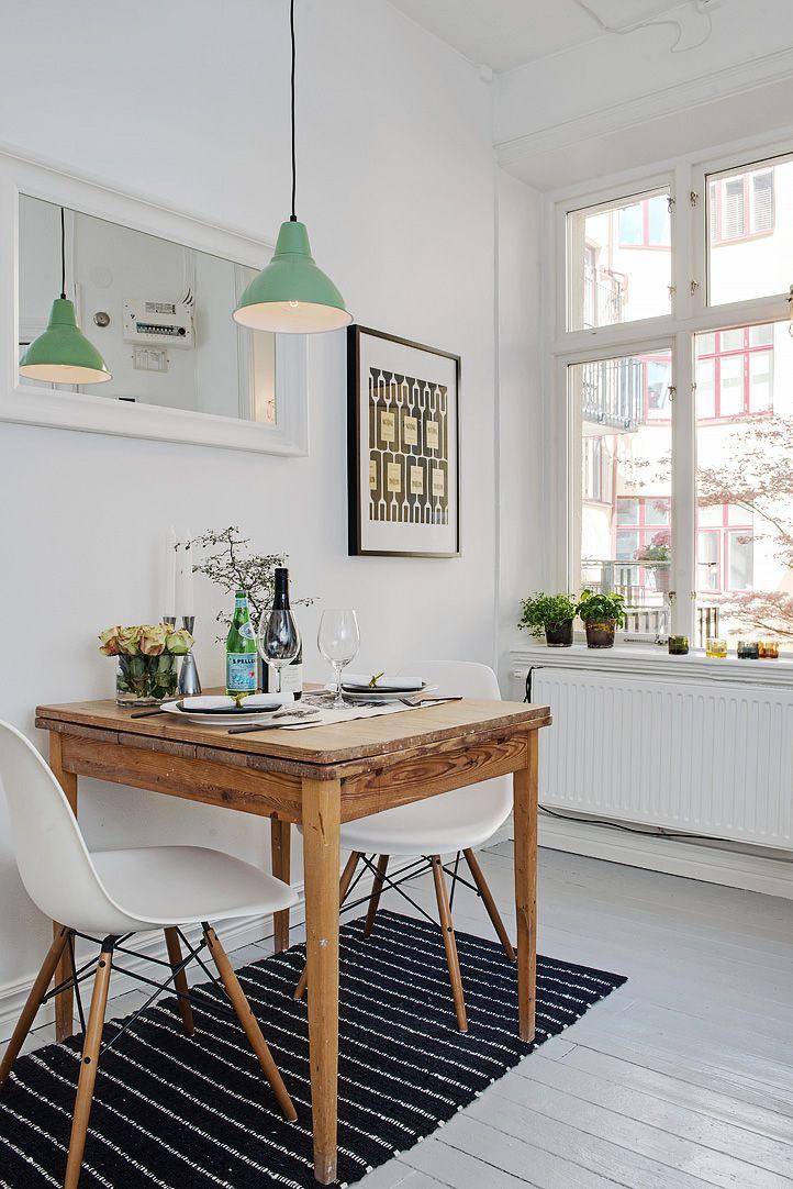 La combinación de la madera rústica de la mesa con las sillas modernas aportan a la decoración un estilo actual