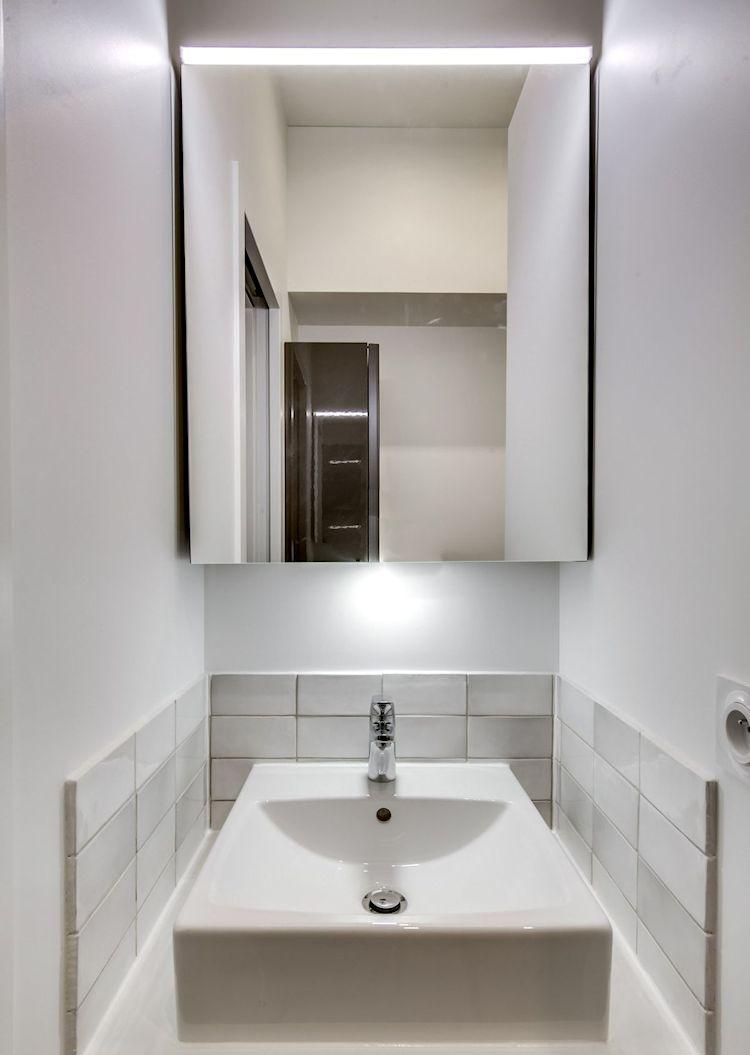 Lavamanos instalado en un nicho de poco espacio junto a la ducha.