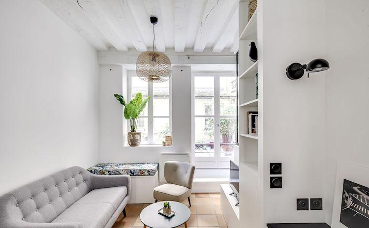 La decoración de la sala incluye varios muebles pese al poco tamaño del espacio.