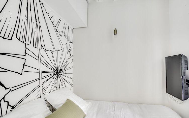 Empapelado de pared para decorar, crear un punto focal y reemplazar la tradicional cabecera de cama que ocupa lugar.