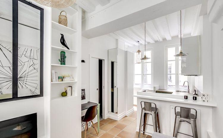 Cocina integrada a la sala pero separada por una barra que hace de mesa de comedor.