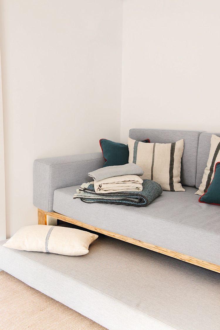 Sala con sofá cama con estructura de triplay
