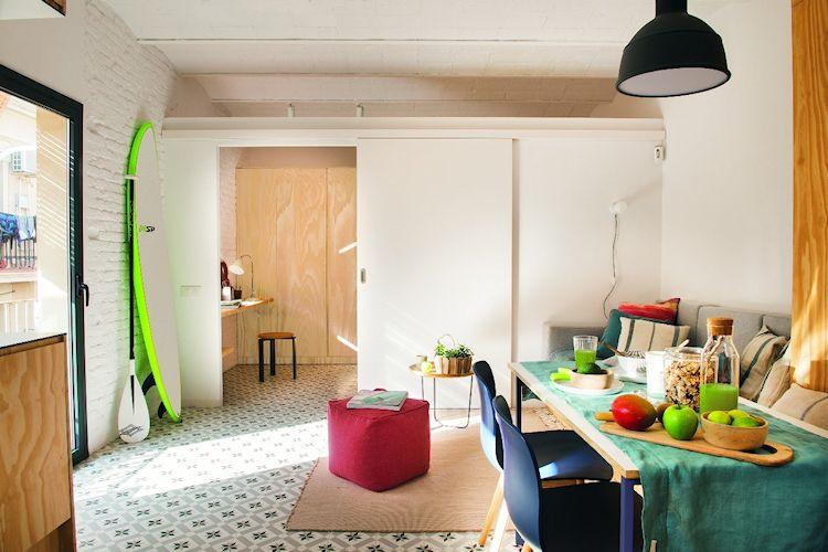 Separación de la sala y recámara mediante una pared con puerta corrediza