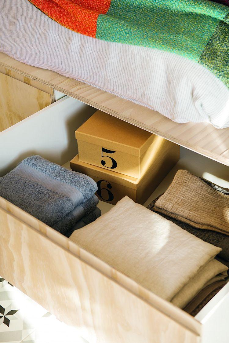 Cama elevada fabricada en triplay con cajones en la base para guardar ropa y objetos