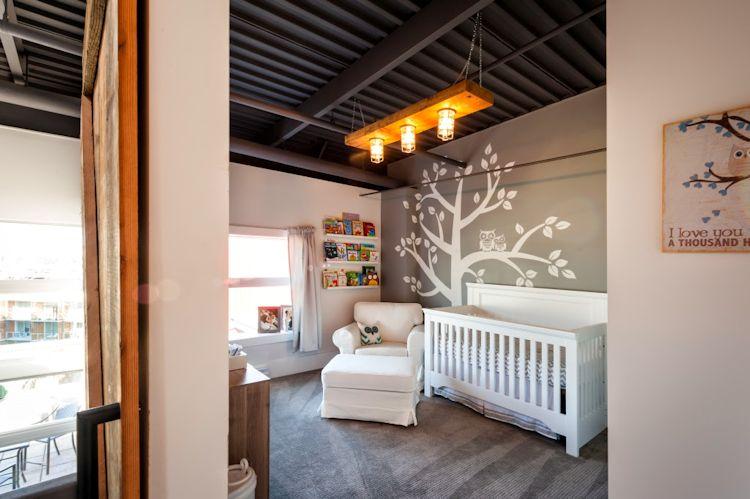 Recámara infantil con decoración cálida y muebles tradicionales