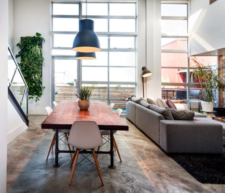 Comedor con mesa de estilo industrial y sillas modernas