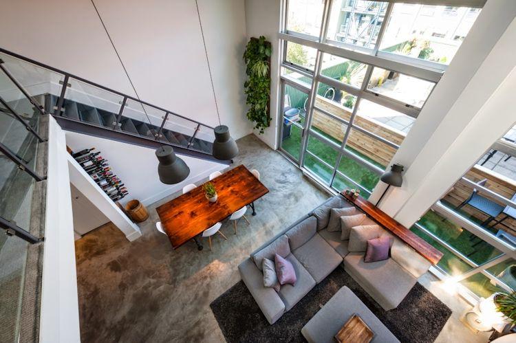 Sala y comedor vistas desde el entresuelo. Los grandes ventanales permiten una óptima iluminación natural