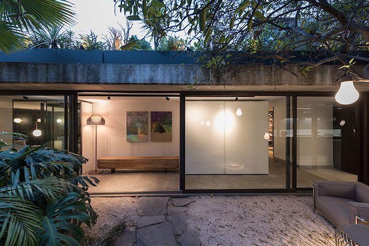 Un espacio ambientado con diferentes propuestas de mobiliario interior y exterior